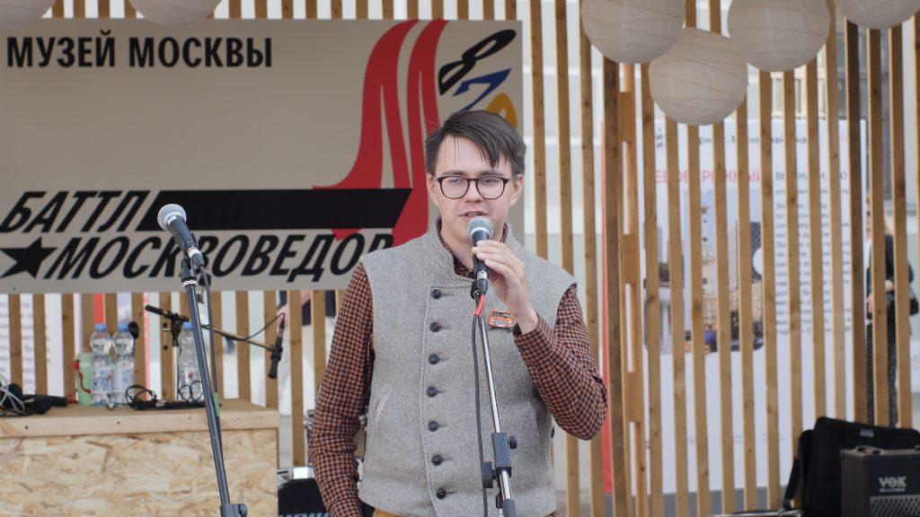 Победитель «Баттла москвоведов» Павел Гнилорыбов рассказывает зрителям о своем «месте силы» — районе Курьяново. Пресс-служба Музея Москвы