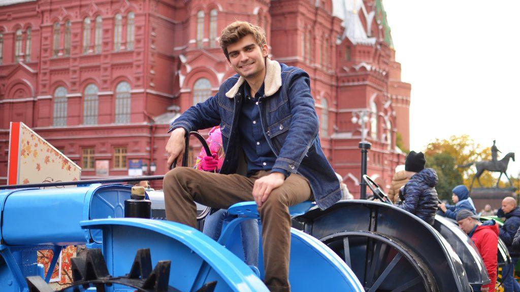 Студент Илья Каллион изучает возможности трактора «Универсал» У-2 (выпускался с 1934 по 1955 годы). Анна Назайкина для «Вечерней Москвы»