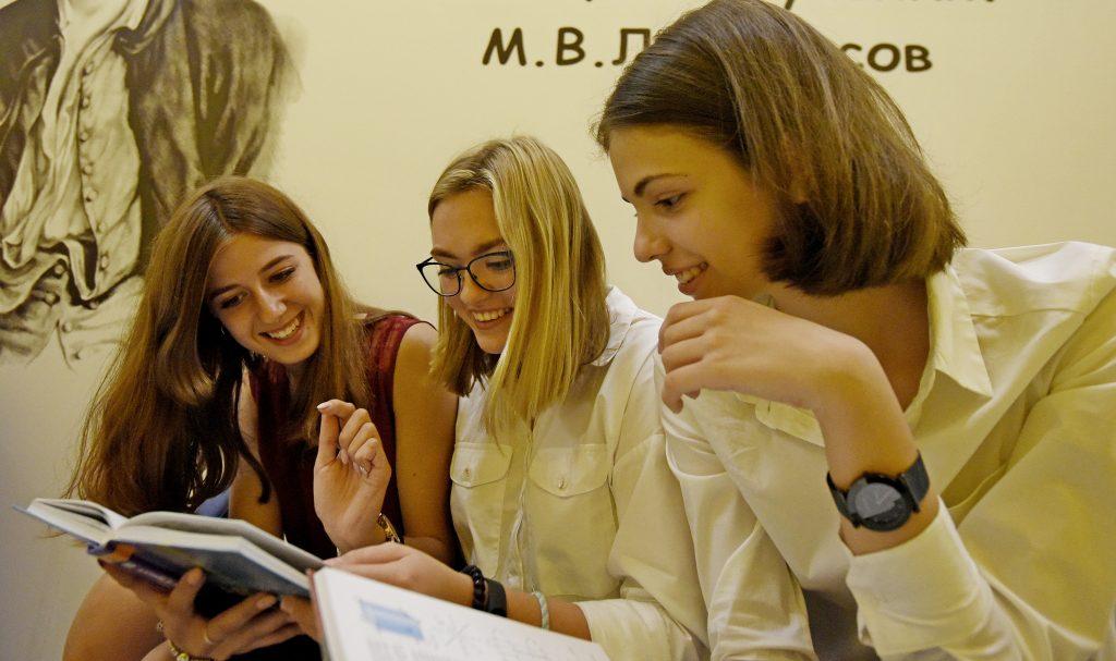 Ученицы 10 «Г» класса школы № 2097 Елизавета Акимова, Елизавета Первенцева и Мария Горбунова (слева направо) уверены, что подготовиться к госэкзаменам можно самостоятельно: знаний, которые дают учителя, вполне достаточно. Александр Кожохин, «Вечерняя Москва»