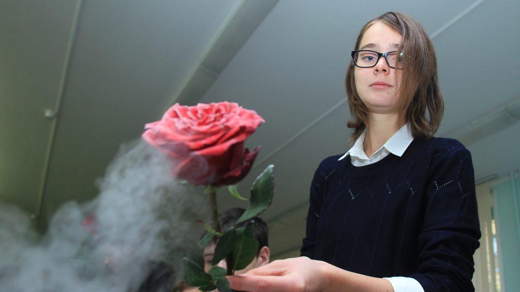 Ученица инженерного класса школы № 2030 Наталья Михайлина проводит опыты в классе. Наталия Нечаева, «Вечерняя Москва»