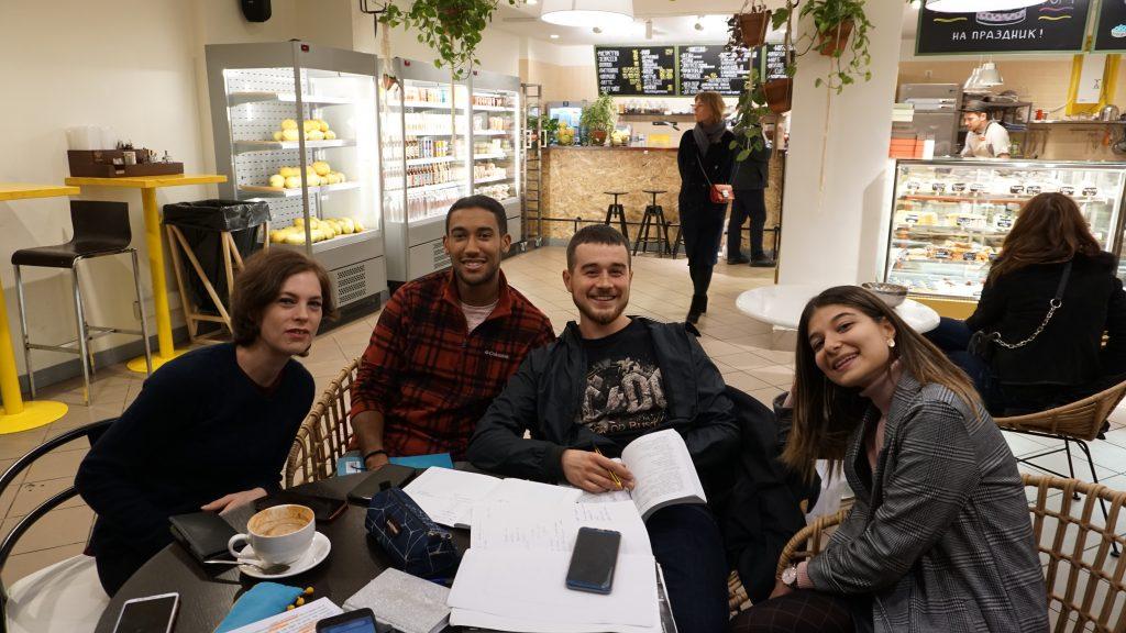 Студенты-итальянцы Моника дель Гатто, Стефано Синьере, Оскар Масси, Мануэла Ширика в любимой кофейне не только отдыхают, но и делают домашние задания / Анастасия Антропова, «Вечерняя Москва»