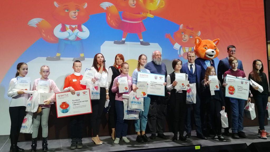 Победители Международной открытой олимпиады по скорочтению и члены жюри с председателем Анатолием Вассерманом / Фото автора