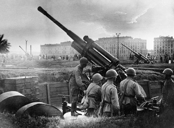 5 сентября 1941 года. Солдаты Рабоче-крестьянской Красной армии готовят зенитные орудия для обороны Москвы / РИА Новости