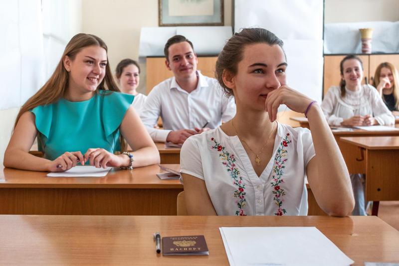 Скоро одиннадцатиклассники будут писать итоговое сочинение, которое является допуском к Единым государственным экзаменам / Игорь Иванко, АГН «Москва»