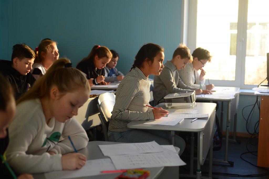 Дети усердно трудятся над переводом с древнеславянского на современный русский, Фото: Александр Пушник