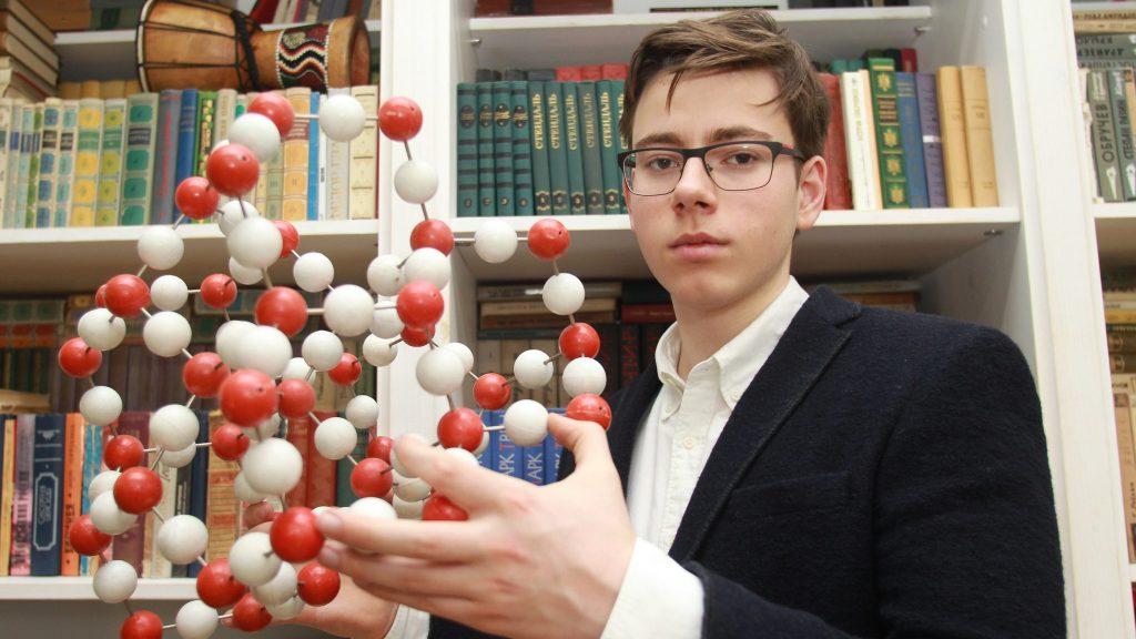 Выпускник школы № 179 Даниил Бардонов стал победителем Всероссийской олимпиады школьников по химии, поэтому сдавать ЕГЭ ему было не нужно. Впрочем, если бы он его сдавал, типичных ошибок, которые делают его сверстники, точно бы не допустил, Фото: Наталия Нечаева