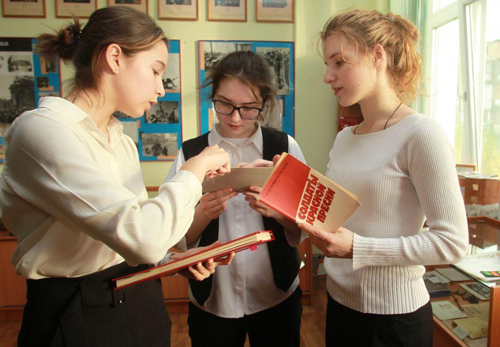 Ученицы школы № 2055 (слева направо) Ксения Зверькова, Камила Шабанова и Арина Сторожева изучают историю героя, чьим именем названа их школа, Фото: Наталия Нечаева