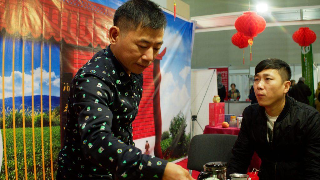 Участник фестиваля Сюй Же Чен демонстрирует мастерство чайной церемонии, Фото: Даниил Данченко