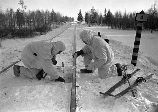 Советские бойцы минируют железнодорожные пути под Москвой. Олег Кнорринг / РИА Новости