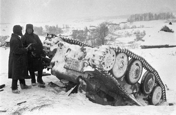 Красноармейцы стоят рядом с подбитым немецким танком. Владимир Минкевич / РИА Новости