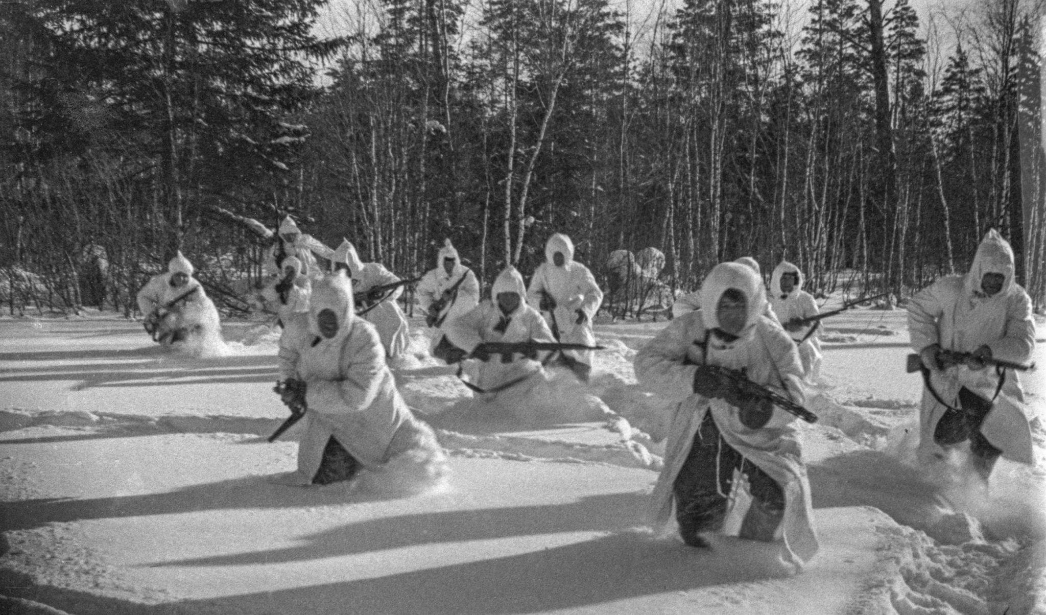 Красноармейцы во время атаки. Сергей Косырев / РИА Новости