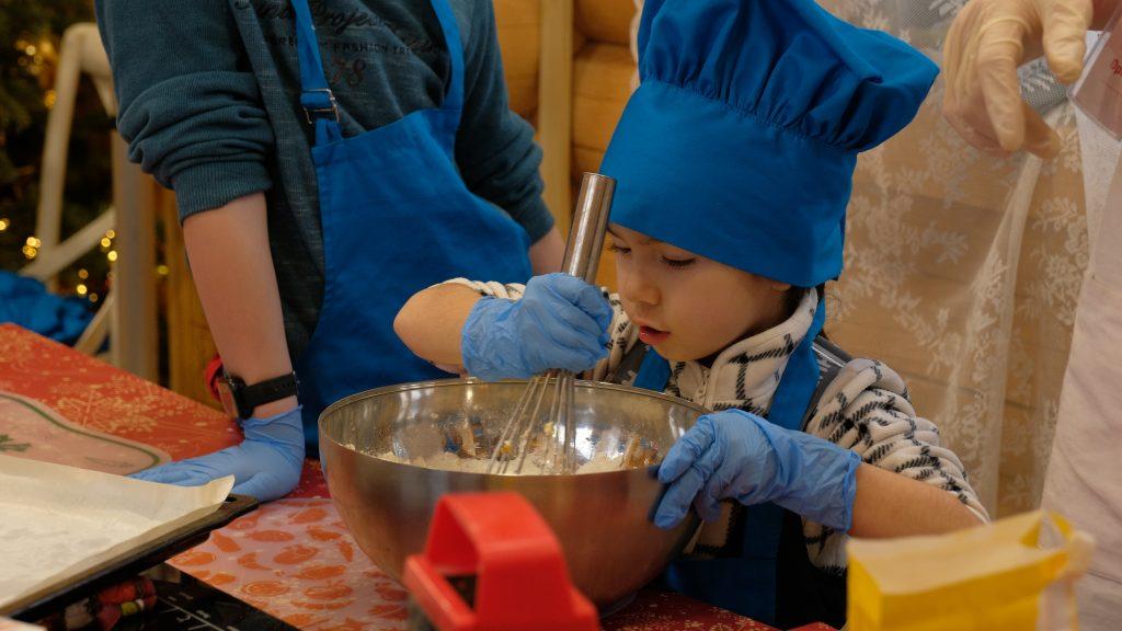 Все участники мастер-класса, даже самые маленькие, усердно вымешивали тесто для пряников. Именно поэтому они получились удивительно вкусными и нежными, ФОТО: Дмитрий Паткин