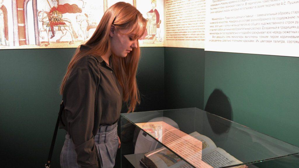 Посетительница выставки Варвара Рудакова рассматривает уникальный экспонат, ФОТО: Анна Коханова, «Вечерняя Москва»