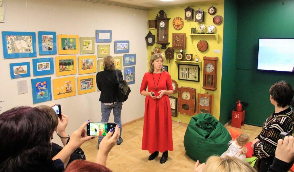 Куратор выставки Надежда Тузовская (в центре), ФОТО: Олег Фочкин