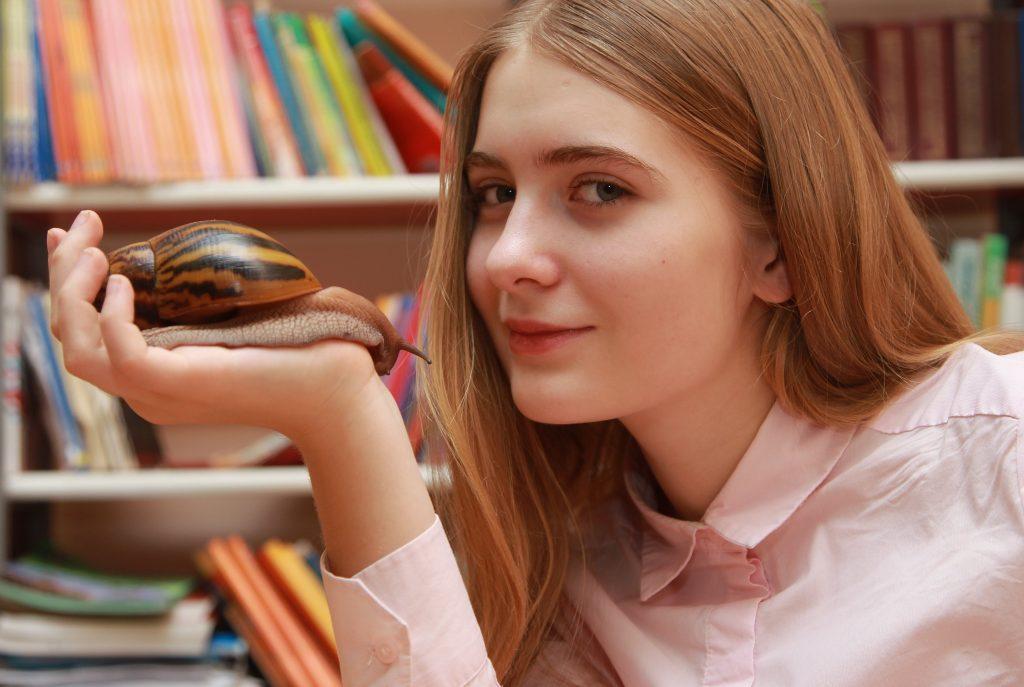 Девятиклассница Ульяна Власова увлекается биологией, даже разводит дома необычных улиток. Она уверена, что проблем на экзамене у нее не возникнет, ФОТО: Наталия Нечаева