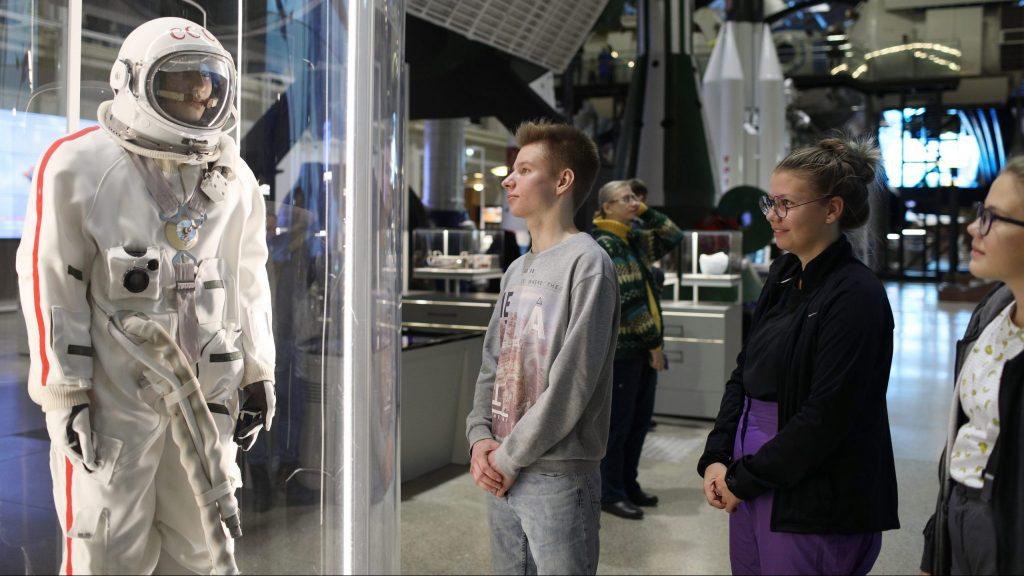 Школьники Георгий Глинкин и Екатерина Утинкова с интересом рассматривают экспонаты на экскурсии «Химия и космос». После экскурсии они признались, что услышали много нового, ФОТО: Алина Голуб
