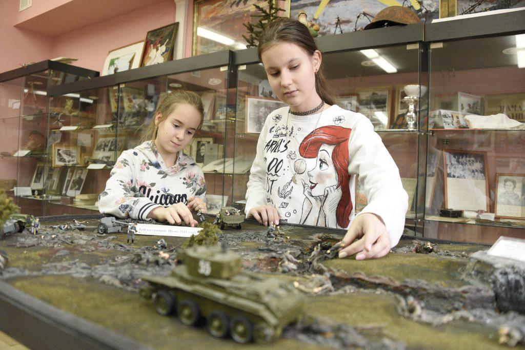 Ученицы школы № 1164 Анастасия Брифф и Анастасия Блинова (справа) с удовольствием изучают историю, ФОТО: Пелагия Замятина
