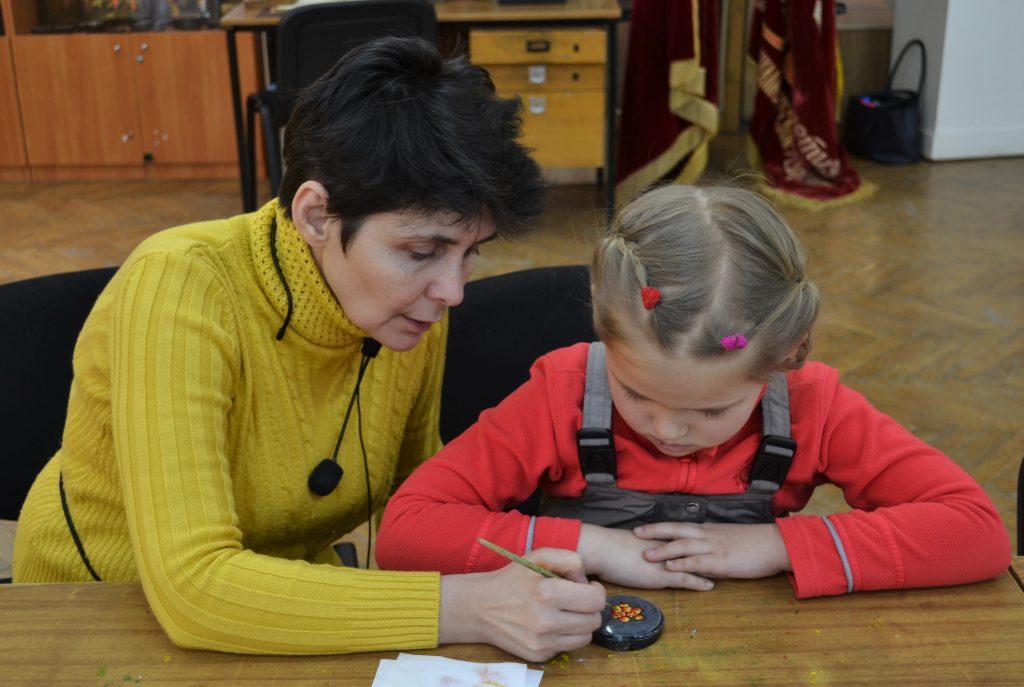 Сотрудница федоскин- ской фабрики Татьяна Дьякова показывает гостям приемы росписи, ФОТО: Анна Коханова