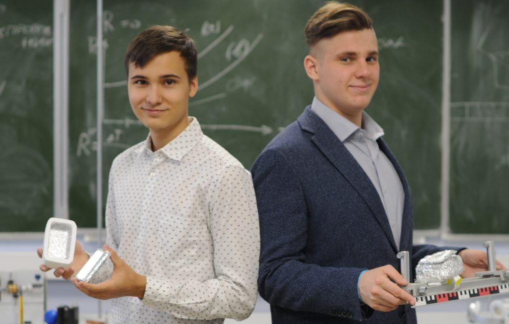 Григорий Иванов (слева) и Олег Сидоренков придумали проект поезда, который умеет левитировать. Пока их макет может непрерывно находиться в воздухе три минуты. Но ребята продолжают над ним работать, ФОТО: Светлана Колоскова