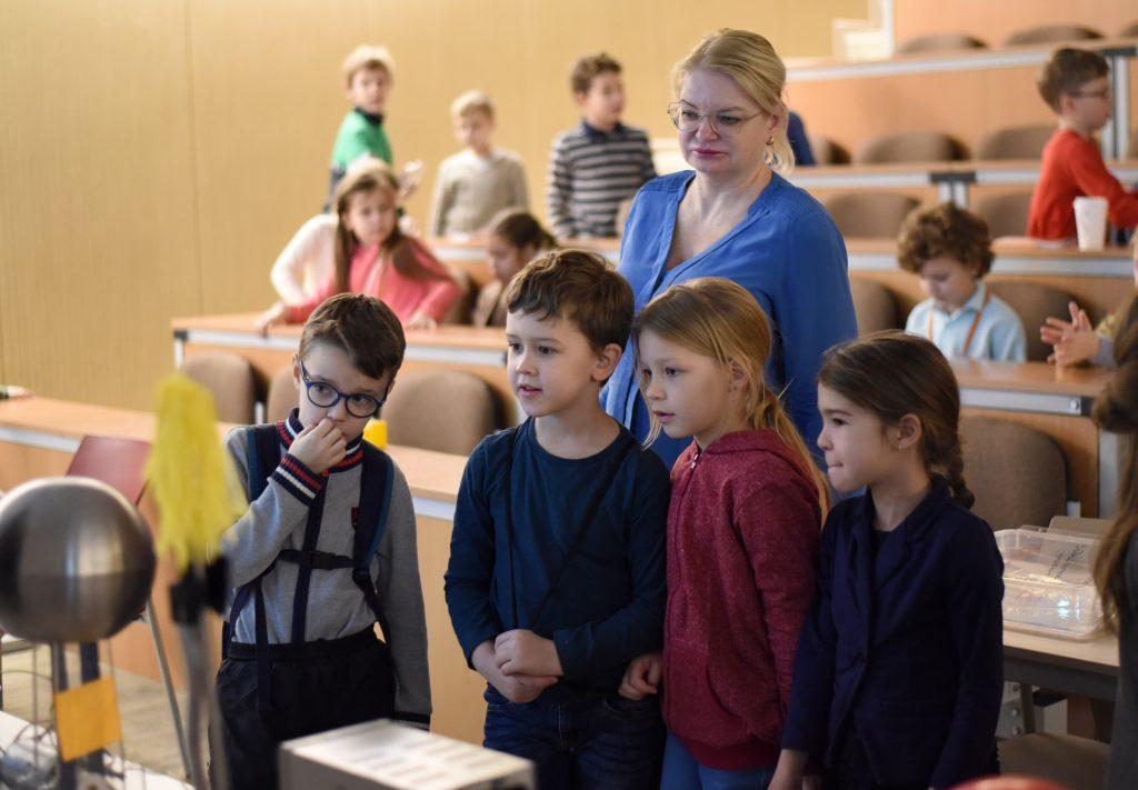 Второклассник Матвей Пашенский (слева) со своими одногруппниками по «Университету детей» наблюдают за экспериментом, ФОТО: Анастасия Попова