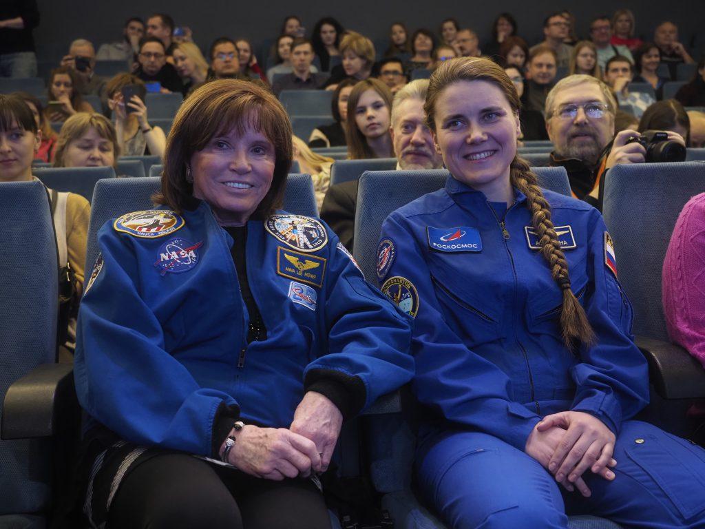 Астронавт из Соединенных Штатов Америки Анна Ли Фишер (слева) вместе со своей коллегой из России Анной Кикиной в Московском музее космонавтики, ФОТО: Антон Гердо