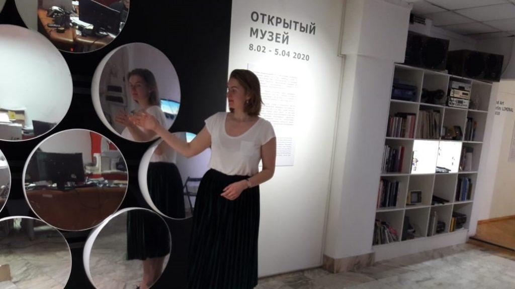 Экскурсовод Елена Сальникова рассказывает посетителям выставки о проекте Екатерины Малаховой Urban Mirror, ФОТО: Анастасия Антропова
