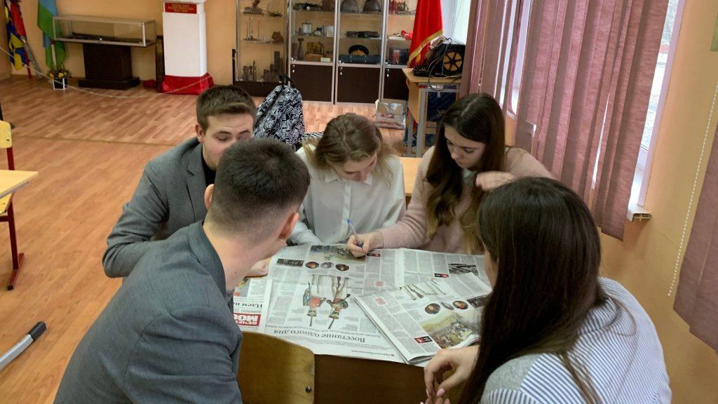Алена Гробова проводит для учеников 10 «Э» класса урок с газетой, ФОТО: Мария Кобылинская