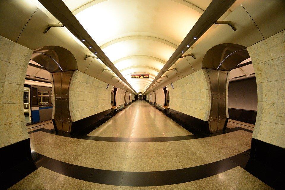 Узнать историю открытия первых станций метро, проследить путь зарождения стиля сталинской эпохи и другие секреты метро поможет Александр Змеул, pixabay.com