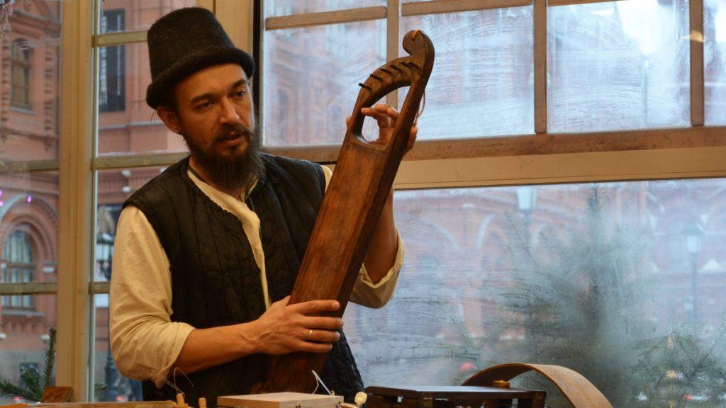 Ведущий мастер-класса Андрей Стрельников рассказывает посетителям о традиционных русских музыкальных инструментах, ФОТО: Анна Коханова