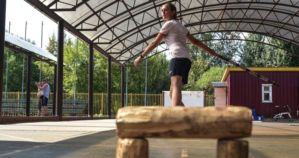 Спортсменка Анастасия Сподырева участвует в открытой тренировке по городкам, устроенной в парке «Коломенское», ФОТО: Пелагия Замятина
