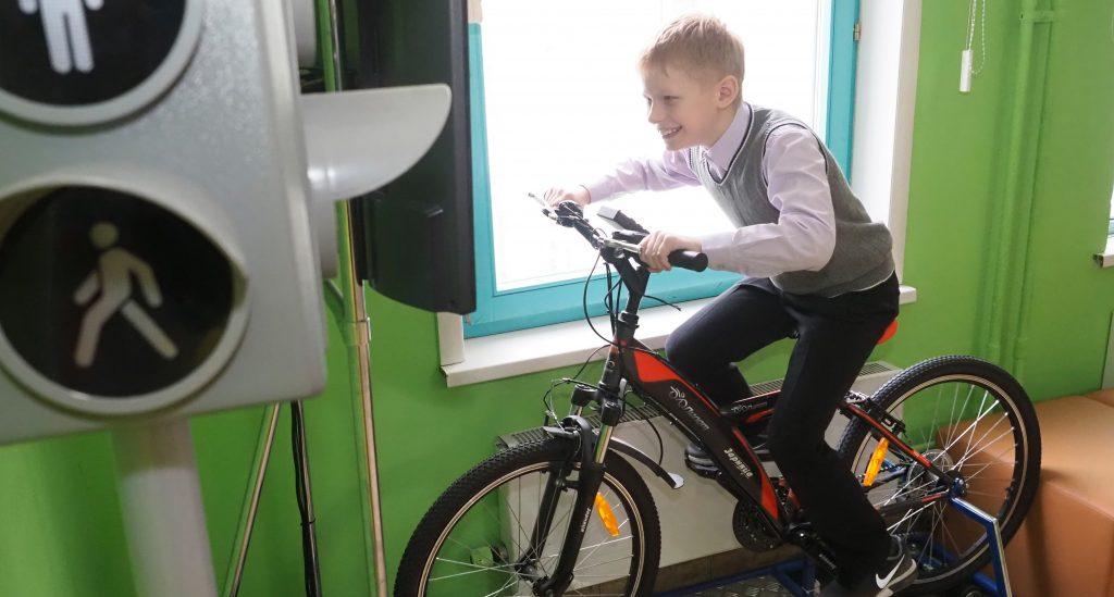 Ученик школы № 2030 Никита Жаринов тестирует тренажер, который помогает запомнить правила езды на велосипеде по городу, ФОТО: Антон Гердо