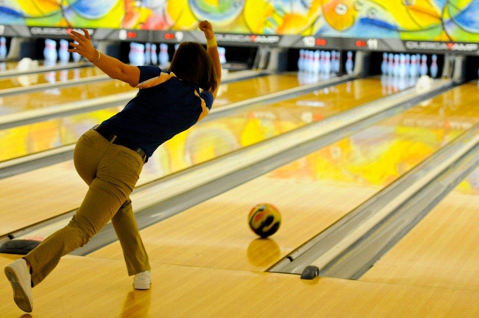 Главная задача игрока — покатить шар по дорожке таким образом, чтобы сбить как можно больше кеглей, pixabay.com