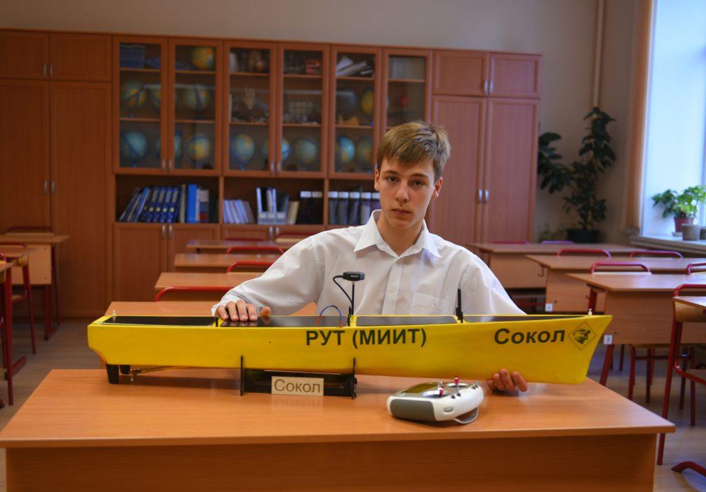 Десятиклассник Дмитрий Радченко демонстрирует свое изобретение — уникальную лодку, которую можно пилотировать с берега. Александр Кожохин, «Вечерняя Москва»