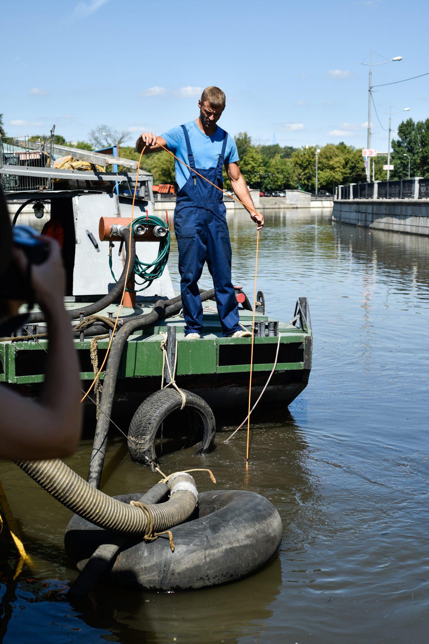 Чистим реку. Три десятка специальных судов убирают с поверхности воды мусор