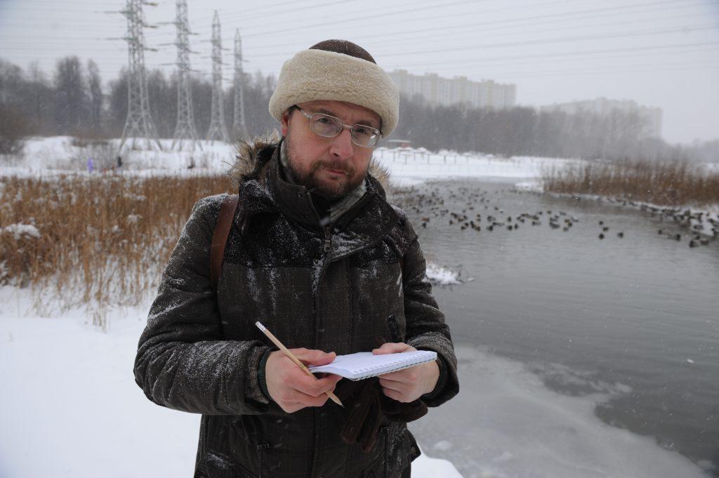 Специалист Мосприроды Виктор Путилов выехал в Люблино, чтобы тщательно подсчитать живущих на местных водоемах уток. С каждым годом эта задача становится все сложнее, ведь популяция этих птиц растет