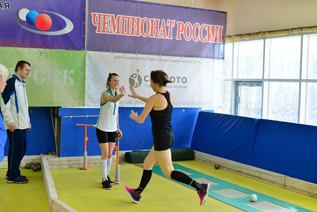 Елена Симутина и Анастасия Климович (слева) на чемпионате России по бочче- воло, организованном Всероссийской федерацией по боулспорту