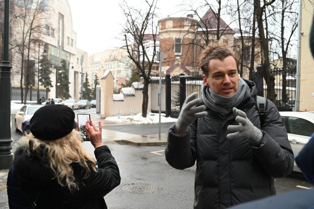 Экскурсовод Павел Юрасов регулярно организует прогулки, во время которых рассказывает о наиболее выдающихся архитектурных памятниках Москвы. В этот раз маршрут по Патриаршим прудам, где развернулся талант Федора Шехтеля. Фото: Алексей Орлов