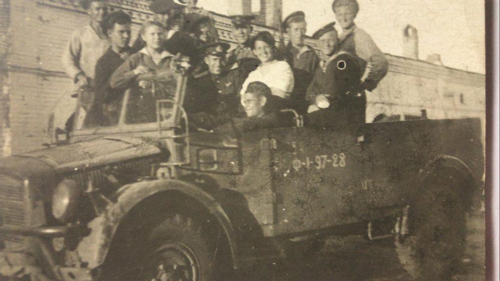 Старший техник- лейтенант Дмитрий Кравченко (в центре) вместе со своими боевыми товарищами