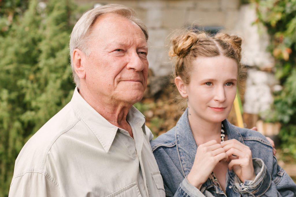 Кадр из фильма «Родные». Настя (Монеточка) со своим дедушкой, роль которого исполнил Сергей Шакуров
