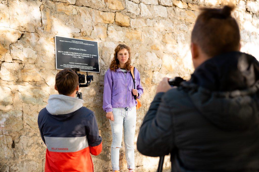 Победительница первого сезона проекта «Россия глазами детей» Анна Жлудова. Она не только нашла себя как телеведущая, но и вошла в состав жюри нынешнего онлайн-марафона