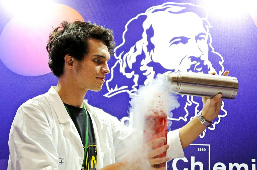 Студент физического факультета Московского государственного университета имени Михаила Ломоносова Иван Вязов демонстрирует опыты с жидкостями на фестивале NAUKA 0