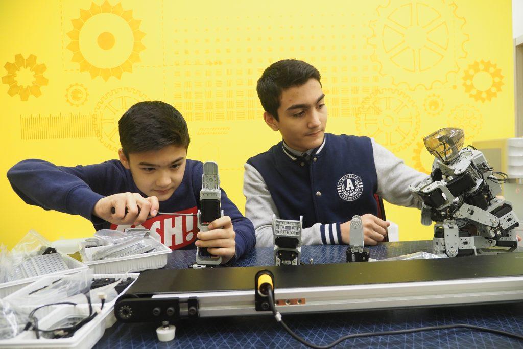 Старшеклассники Абдурашид Латыпов и Мустафа Ниязов, воспитанники технопарка «Вертикальный взлет», увлеченно собирают собственного робота-манипулятора. Их изобретение значительно облегчит работу многих крупных компаний