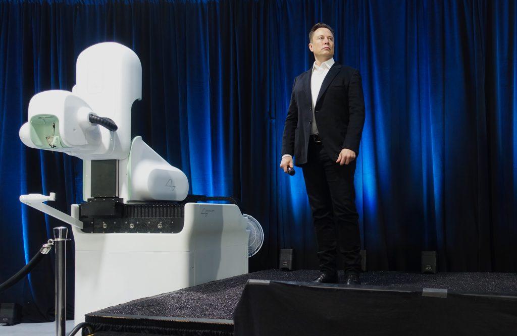Американский предприниматель и инженер Илон Маск проводит презентацию своей новой технологии, рассказав об успешной имплантации чипа двум свиньям