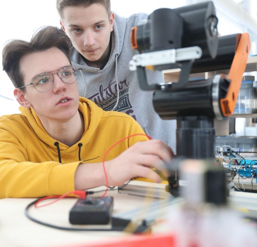 К созданию своего автоматизированного предметного стола для поляризационных микроскопов Андрей Андреев (слева) и Данила Казанцев подошли со всей ответственностью. Ведь их изобретение облегчит работу множеству специалистов-океанологов