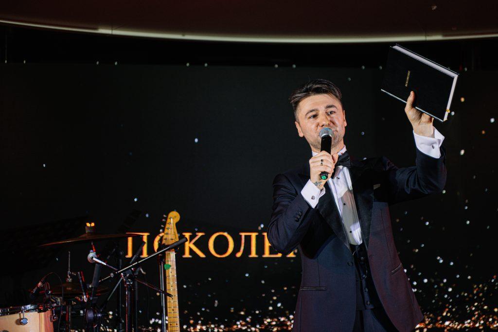 Иван Сорокин на благотворительном вечере представляет свою книгу «Поколение»