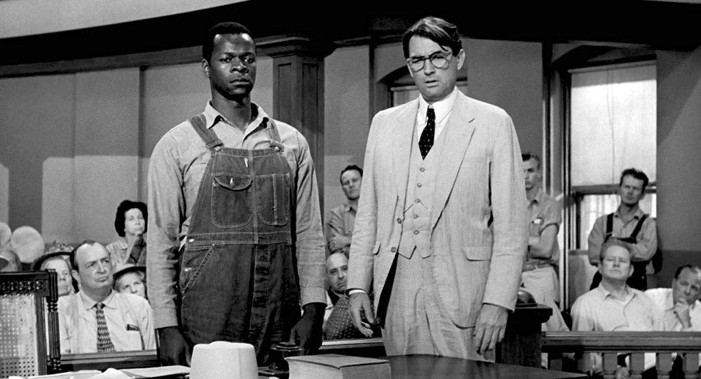 Кадр из фильма «Убить пересмешника», снятого по одноименному роману в 1962 году. Брок Питерс (слева) сыграл в нем Тома Робинсона, Грегори Пек — Аттикуса Финча
