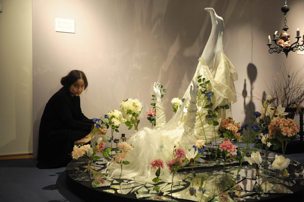 Художница Анастасия Милова рядом со своим творением, ставшим центром выставки «Чайковский — XIX–XXI»
