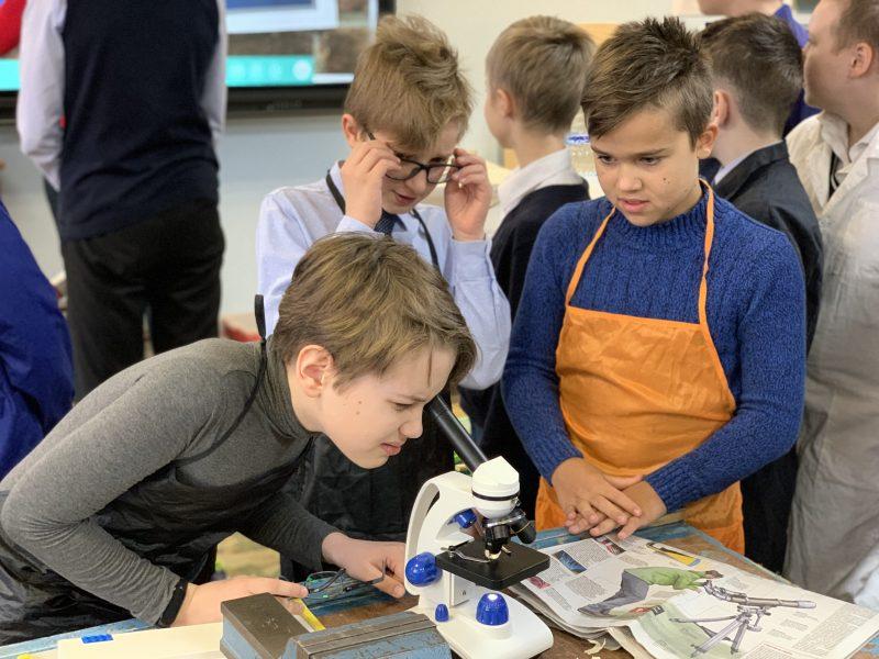 Технология под микроскопом. О гении физики на Уроке с газетой в Школе 1512