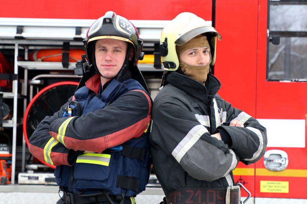 Мастера-пожарные Артем Алексеенко (слева) и Евгений Бойцов в любую минуту готовы броситься на защиту москвичей от пожара. К счастью, далеко не всегда выезд по тревоге заканчивается бросками в пламя с риском для жизни — иногда отряд вызывают просто для подстраховки или на детскую шалость