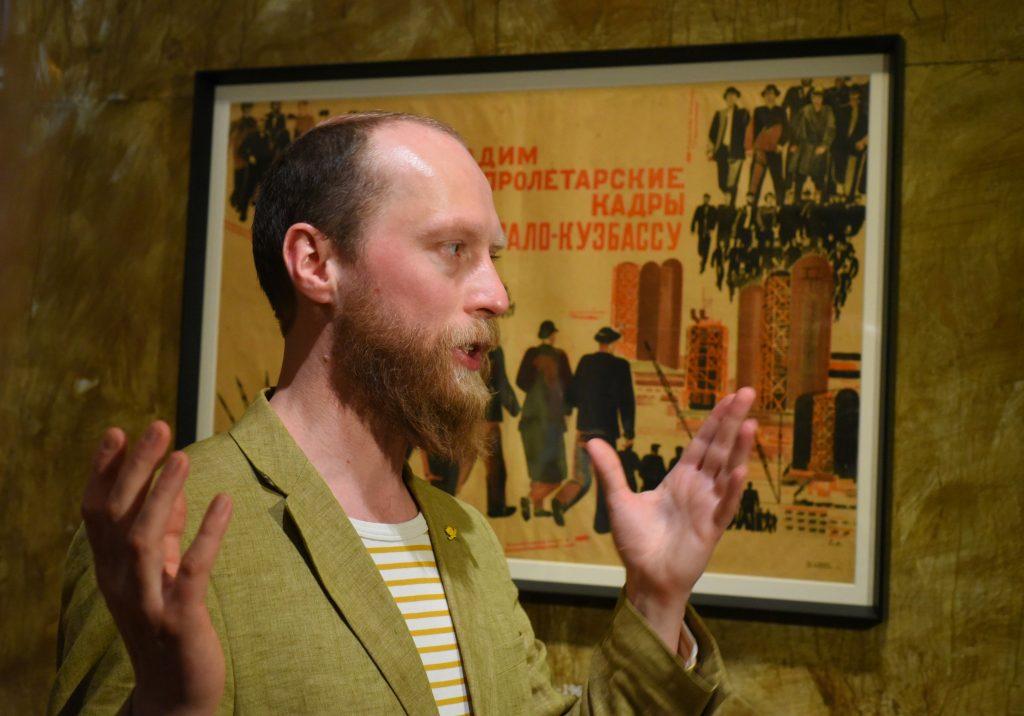 Художник Илья Гапонов рассказывает о своих произведениях и работе над ними на открытии выставки «Даешь Кузбасс!» в Новой Третьяковке